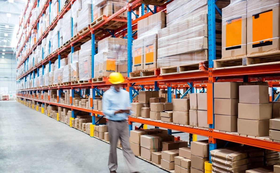 库存问题的根源在于服装产品反应速度赶不上消费者的变化速度,服装企业缺乏高效率的内部资源整合和与外部资源的协作能力,导致每个环节都造成库存积压。